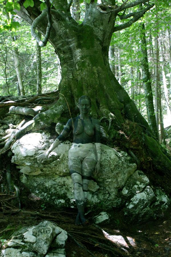 Fine-Art-BodyPainting-Nature-Inspired-By-Johannes-Stötter-Trees-01